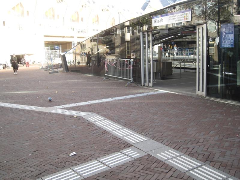 geleidelijn bij station Blaak