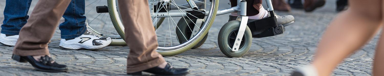 drukke straat met rolstoel
