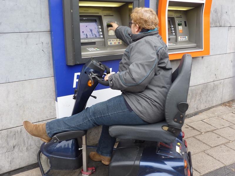 scoot bij geldautomaat